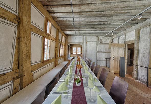 Der Saal Samt Benachbartem Erkerzimmer Bietet Im Obergeschoss Ausreichend  Raum Für Seminare Oder Feiern Mit Festlich Gedeckter Tafel.